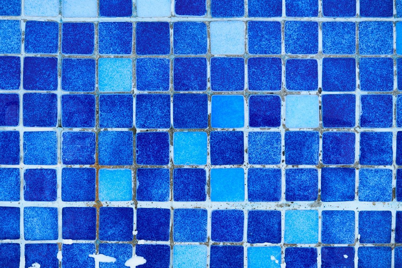 Mosaikfliesen mit verschmutzten Fugen