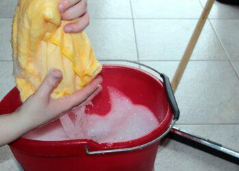 Alte Fliesen reinigen | Putz richtig säubern & entfernen